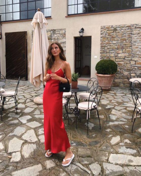 Chica usando unas sandalias flip flops con un vestido slip dress