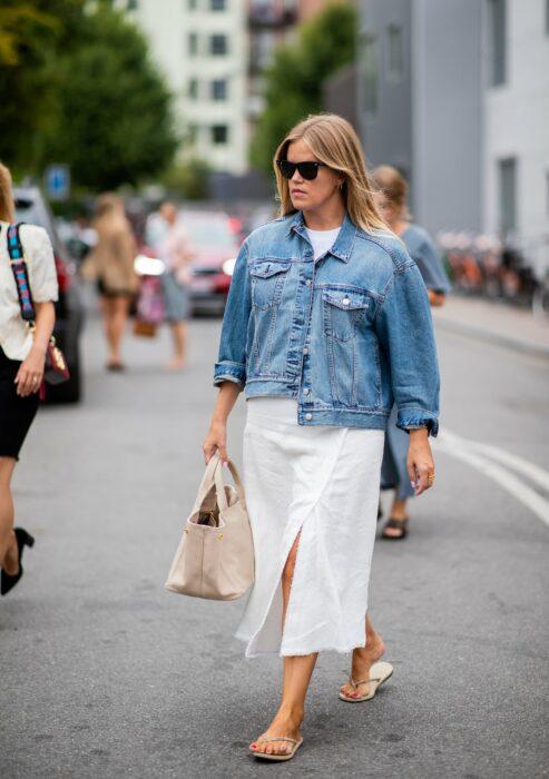 Chica usando unas sandalias flip flops con un vestido de color blanco