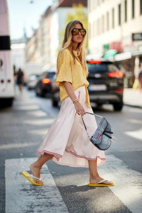 Chica usando unas sandalias flip flops con un pantalón de culotte y camisa amarilla