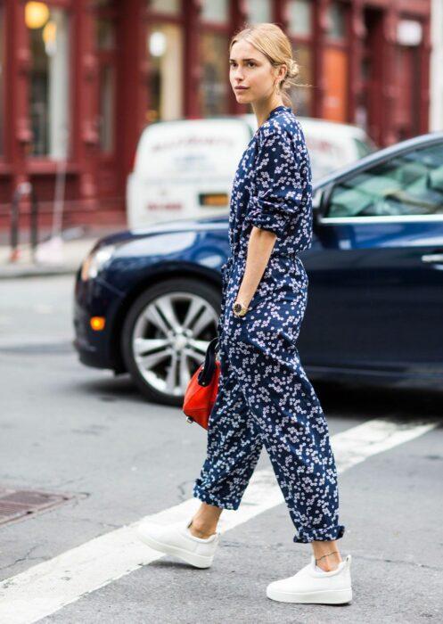 Chica usando un jumpsuit de color azul con estampado floral