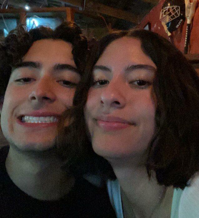 pareja de novios sonriendo en una fiesta; Parejas de novios que se parecen entre sí