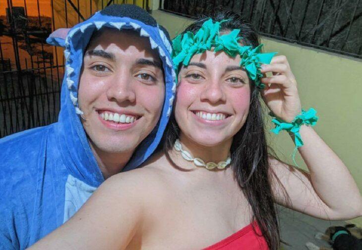 Pareja de novios en una fiesta disfrazados como Lilo & Stitch; Parejas de novios que se parecen entre sí