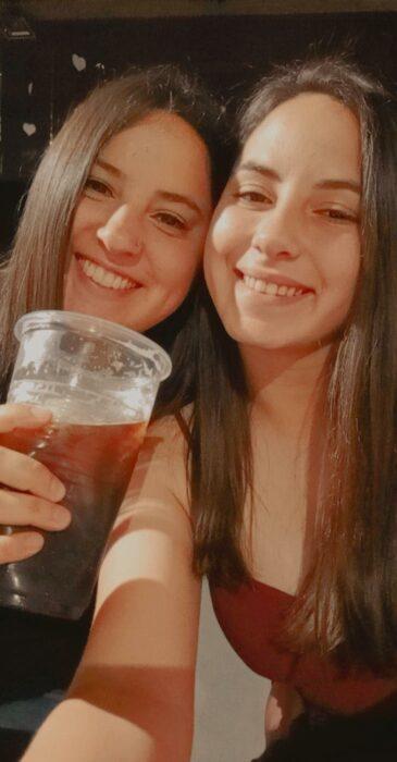 Pareja de novias bebiendo cerveza; Parejas de novios que se parecen entre sí