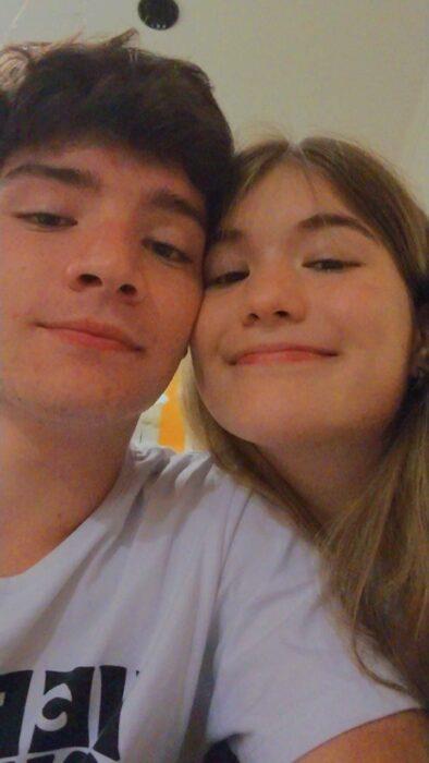 Pareja de novios sonriendo para una selfie; Parejas de novios que se parecen entre sí