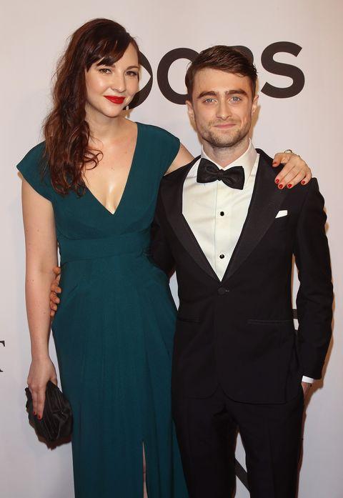Erin Darke y Daniel Radcliffe posando para una fotografía en una alfombra roja