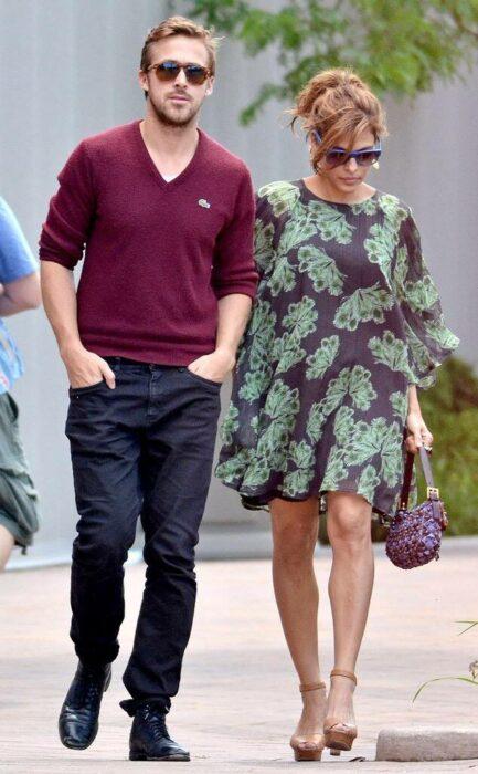 Eva Mendes y Ryan Gosling caminando por la calle mientras se toman de las manos
