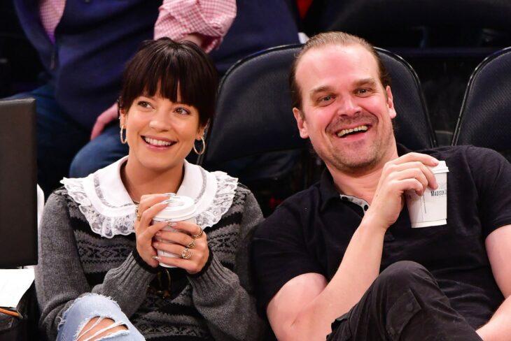 Lily Allen y David Harbour viendo un partido de basketbol