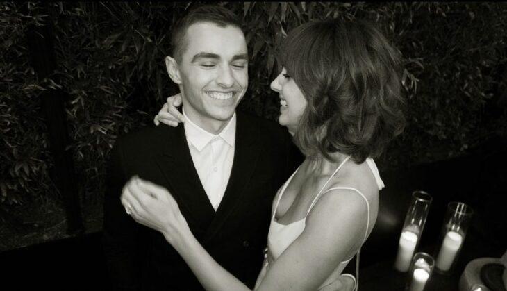 Alison Brie y Dave Franco sonriendo juntos en una boda