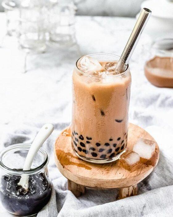 Bubble tea milk en un vaso de cristal; Prepara tu propio bubble tea en casa con esta deliciosa receta