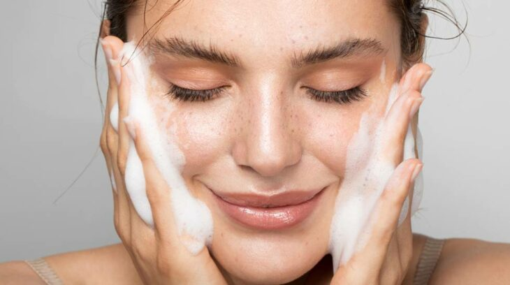 Chica lavando su cara; 'Saho', el ritual para cuidar de tu piel con un toque japonés