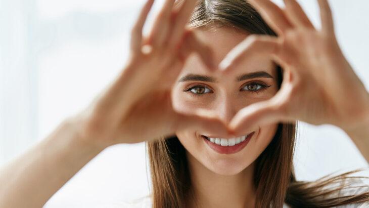 chica formando un corazón con sus dedos; 'Saho', el ritual para cuidar de tu piel con un toque japonés