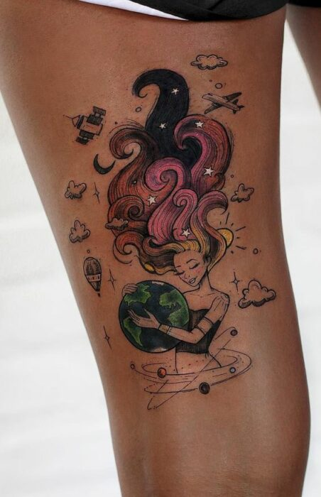 Tatuaje de una mujer sosteniendo un planeta; Tatuaje de Robson Carvalho