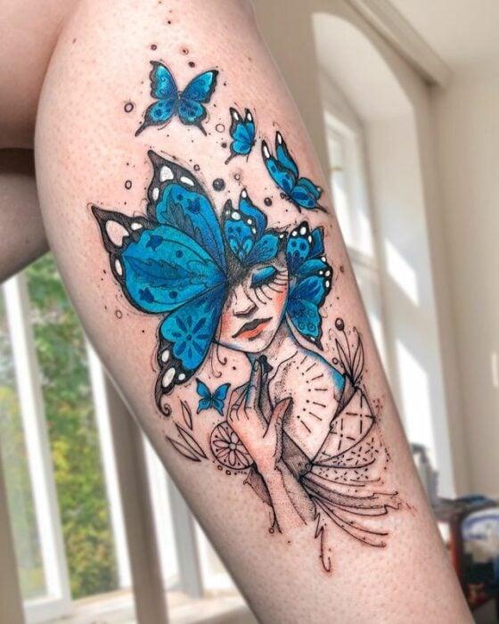 Tatuaje de mujer con cabeza de mariposas; Tatuaje de Robson Carvalho