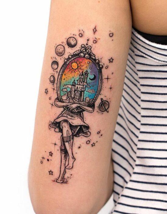 Tatuaje de Robson Carvalho con silueta de mujer y cara de espejo;