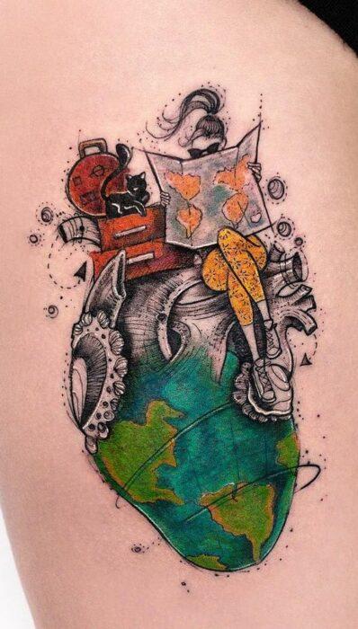 Tatuaje de una mujer sentada sobre un corazón que simula el planeta Tierra; Tatuaje de Robson Carvalho
