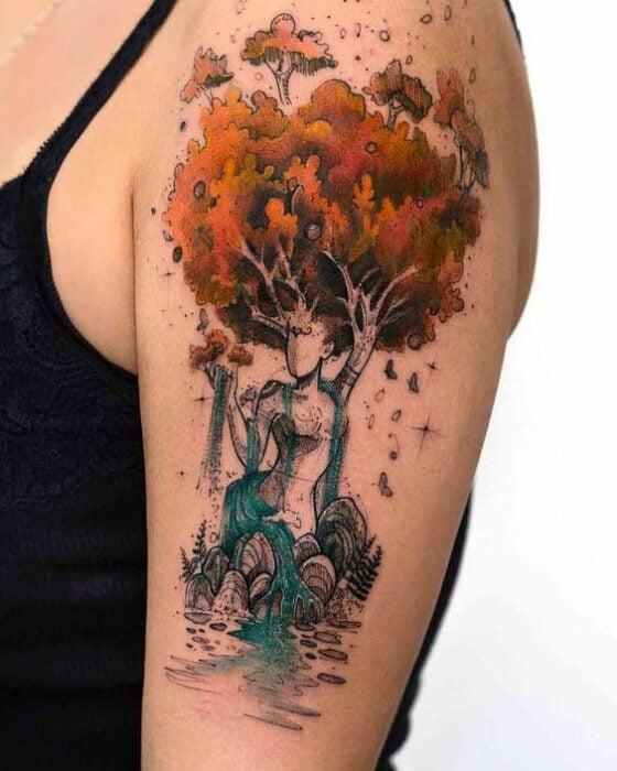 Tatuaje de la silueta de una mujer con cabeza de árbol; Tatuaje de Robson Carvalho