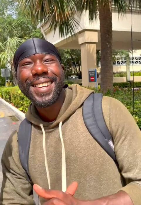 Hombre sin hogar sonriendo y feliz