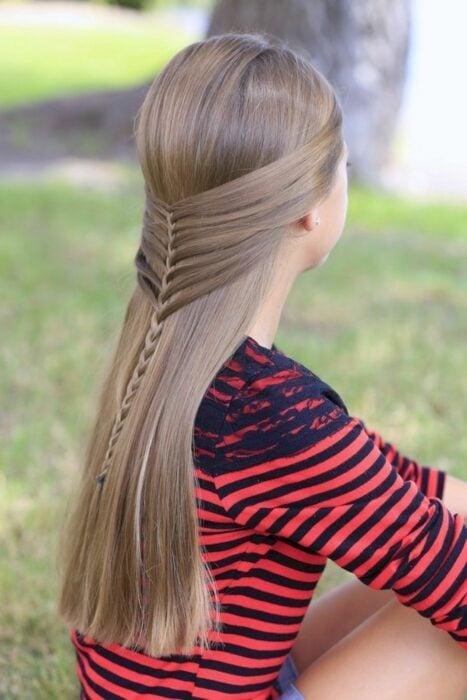 Chica con un peinado de trenzas con semi recogido