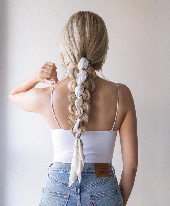 Chica con un peinado de trenzas