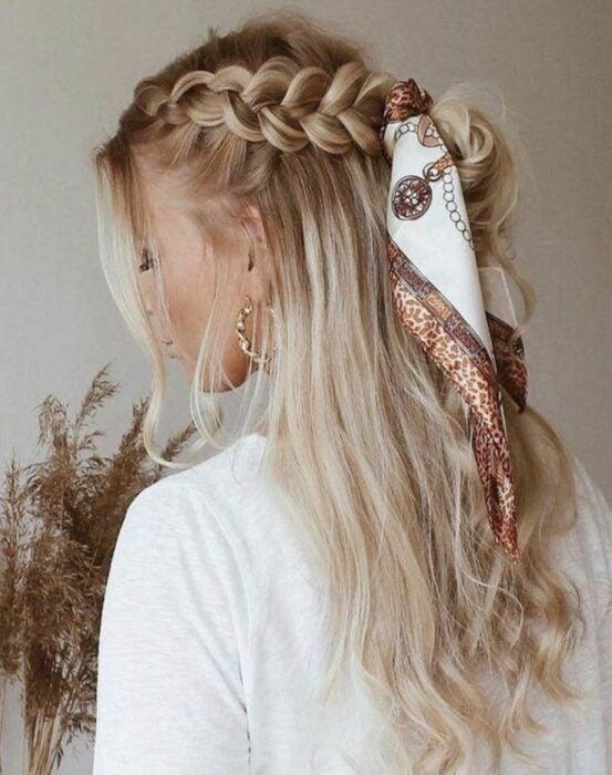Chica con un peinado de trenzas decorado con una pañoleta