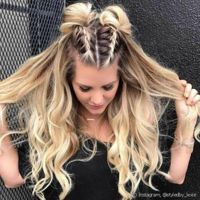 Chica con un peinado de trenzas dobles con el cabello suelto