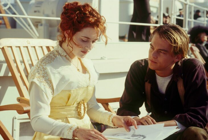 Escena de Titanic en la que están Rose y Jack viendo dibujos
