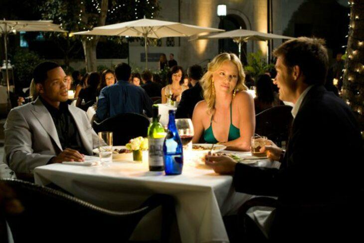 Escena de Hancok en la que están cenando los tres