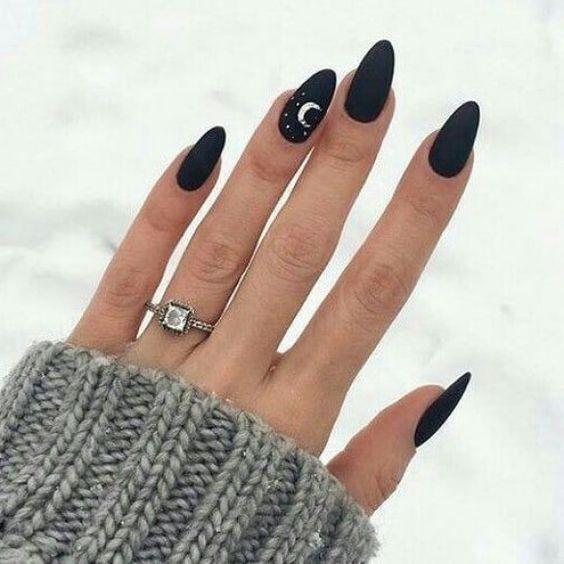 Manicura en tono negro con lunas blancas; Uñas con lunitas que amarás