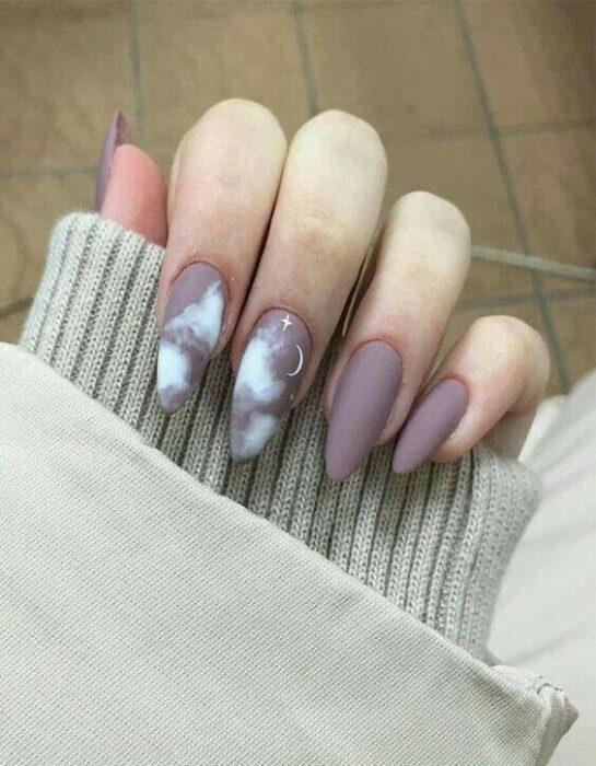 Manicura en tono lila con efecto mate y media luna blanca; Uñas con lunitas que amarás