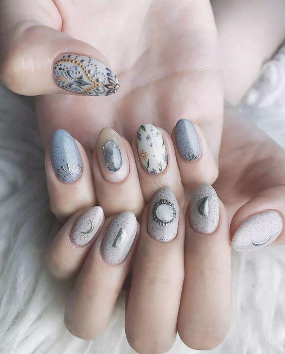 Manicura en tono azul cielo con estampados 3d de lunas y estrellas; Uñas con lunitas que amarás ;