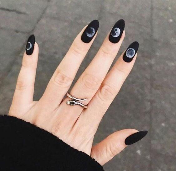 Manicura en tono negro con decoración de las fases lunares; Uñas con lunitas que amarás