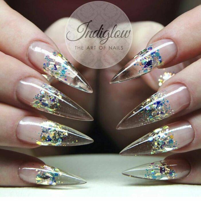 Diseños de uñas en punta almendra con diferentes colores