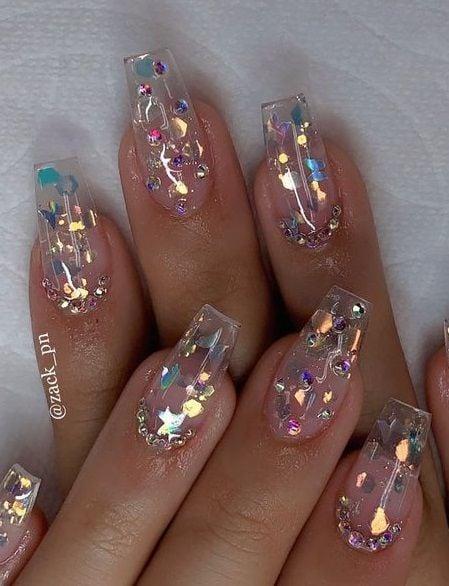 Diseño de uñas transparentes con diferentes colores