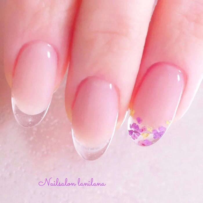 Uñas de efecto cristal con flores en la punta