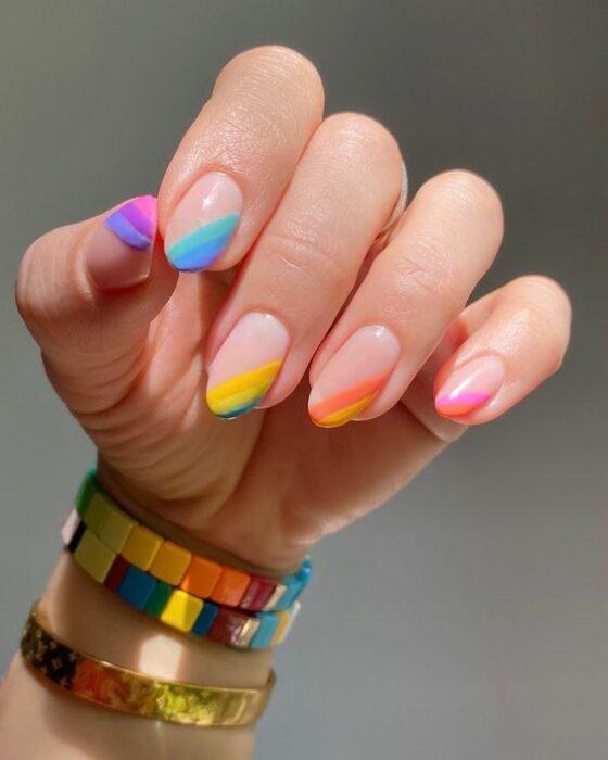 manicuras con líneas diagonales a colores ;13 Lindas ideas para llenar tus uñas de colores