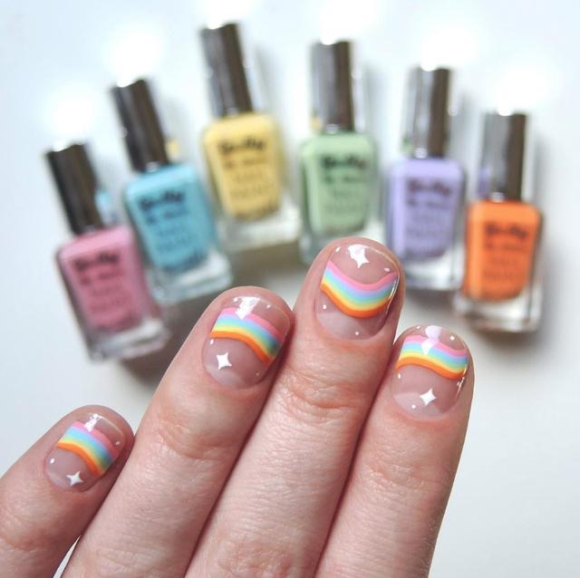 manicura tono nude con arcoíris de colores;13 Lindas ideas para llenar tus uñas de colores
