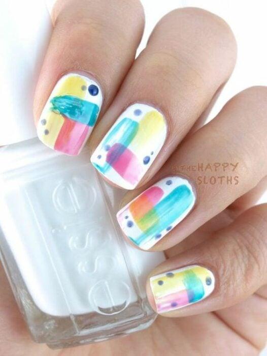 manicura blanca con pinceladas de color ;13 Lindas ideas para llenar tus uñas de colores