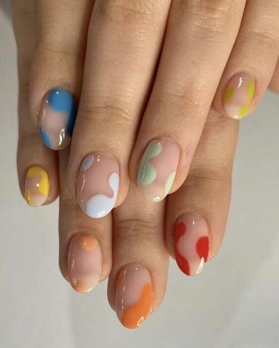 Manicura en tonos pastel con forma de curvas ;13 Lindas ideas para llenar tus uñas de colores