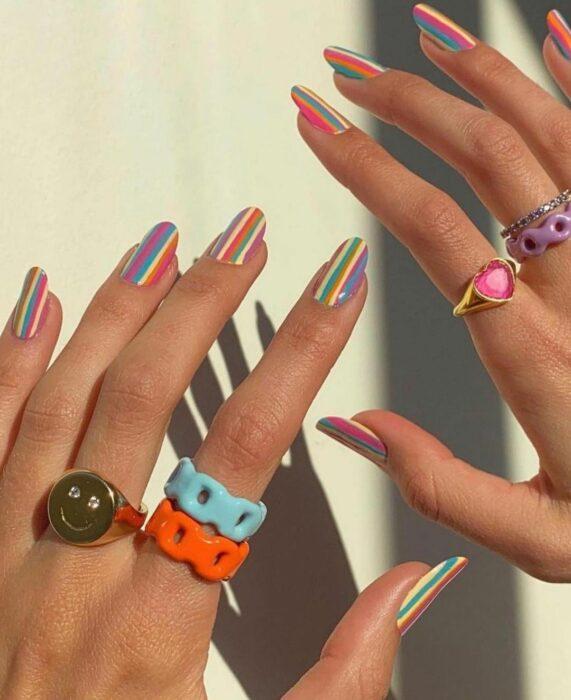 Manicura con líneas de colores ;13 Lindas ideas para llenar tus uñas de colores