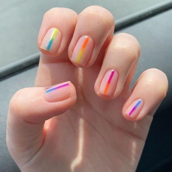 manicura con líneas de colores dúo ;13 Lindas ideas para llenar tus uñas de colores