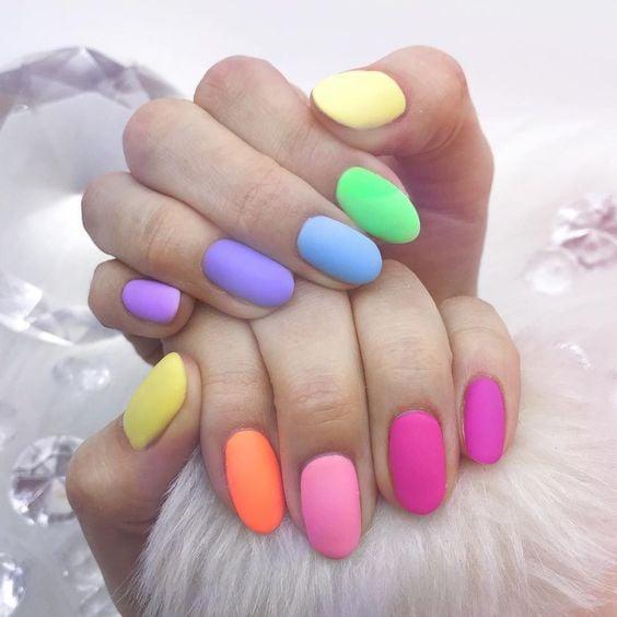 manicura de colores en tonos distintos ;13 Lindas ideas para llenar tus uñas de colores