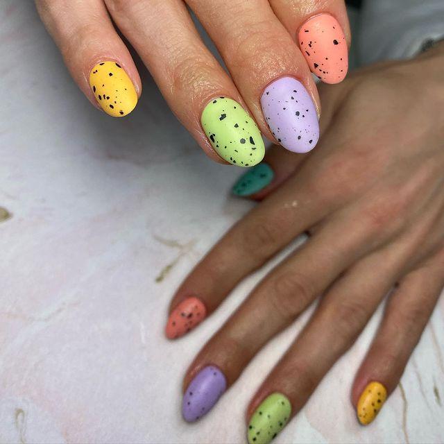 manicura a colores con puntos negros;13 Lindas ideas para llenar tus uñas de colores