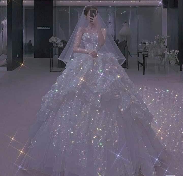 Chica usando un vestido de princesa con brillos y escote palabra de honor