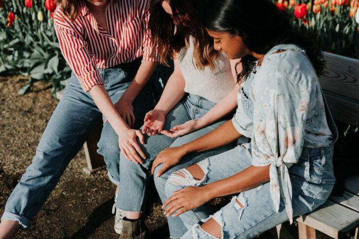 Grupo de chicas platicando; Vulvodinia, la enfermedad que podría estar atacando tu cuerpo