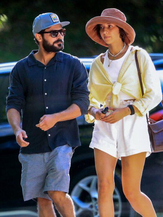 Zac Efron caminando junto a su novia Vanessa Vallanderes