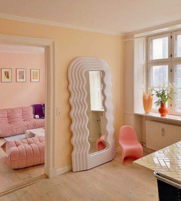 sala, habitación con diseño de interiores en colores pastel, amarillo claro, verde menta, rosa claro, azul celeste sillas de madera, sillones de colores, pared color verde pastel, flores