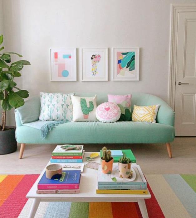 sala de estar, habitación con diseño de interiores en colores pastel, amarillo claro, verde menta, rosa claro, azul celeste sillas de madera, sillones de colores, pared color verde pastel, flores