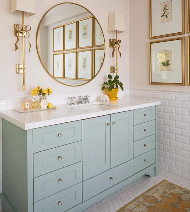 baño, tocador con diseño de interiores en colores pastel, amarillo claro, verde menta, rosa claro, azul celeste sillas de madera, sillones de colores, pared color verde pastel, flores