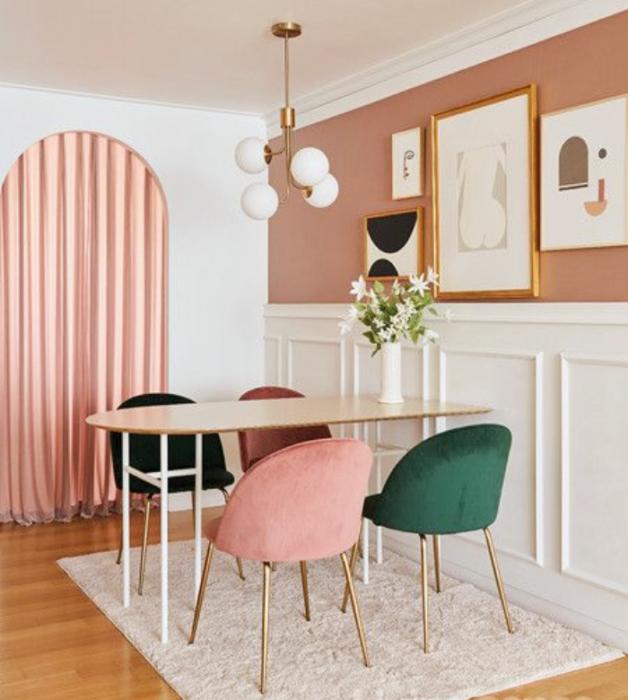 sala, comedor, habitación con diseño de interiores en colores pastel, amarillo claro, verde menta, rosa claro, azul celeste sillas de madera, sillones de colores, pared color verde pastel, flores
