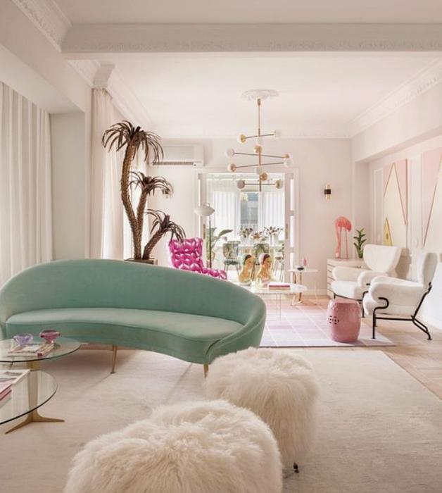 sala habitación con diseño de interiores en colores pastel, amarillo claro, verde menta, rosa claro, azul celeste sillas de madera, sillones de colores, pared color verde pastel, flores